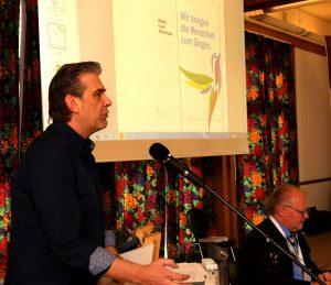 Dieter Meyer präsentiert das neue Logo des CV.