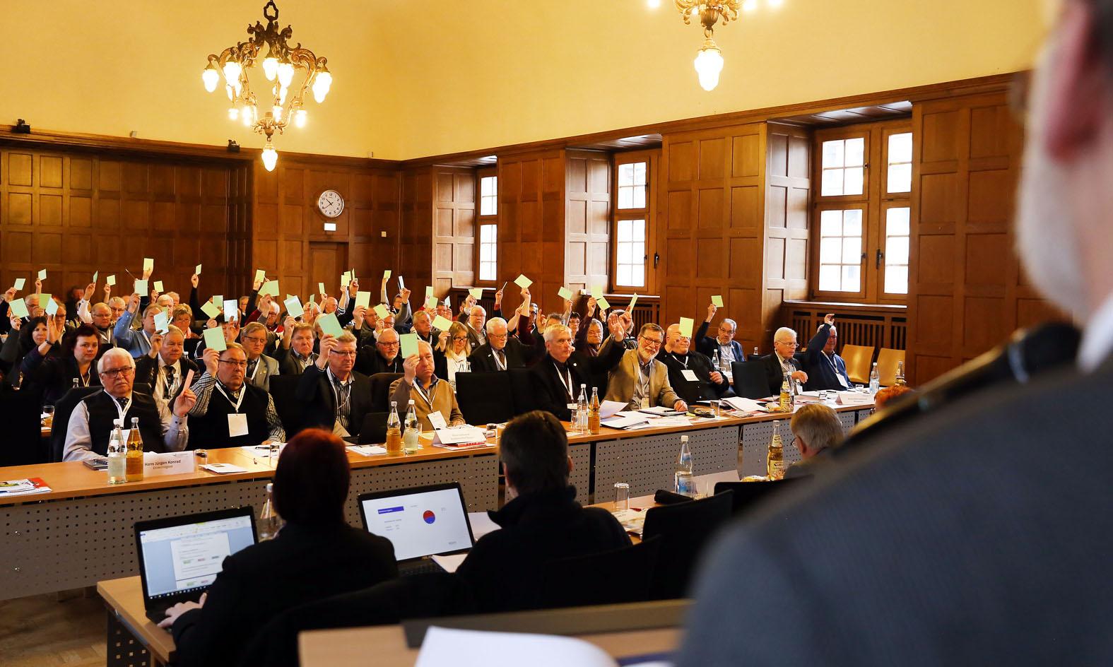 Einstimmiges Votum für die Wiederwahl von Präsident Karl Wolff - Foto: V. Bewersdorff