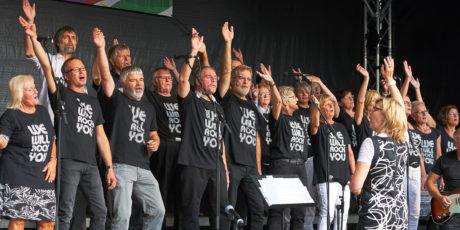 RiseUp während des Auftritts auf der Open-Air-Bühne